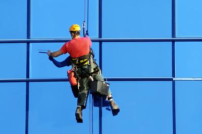 Nettoyage de toutes surfaces vitrées, vitres en hauteur, vitrines de magasins, verrières...